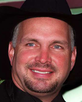 The 56-year old son of father Troyal Raymond Brooks, Jr.  and mother Colleen McElroy Carroll, 185 cm tall Garth Brooks in 2018 photo